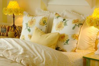 https://cf.ltkcdn.net/bedding/images/slide/245554-850x566-bedding-with-yellow-daisies.jpg