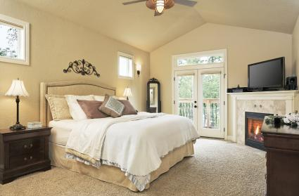 What Color Bedding Goes With Beige Walls? | LoveToKnow