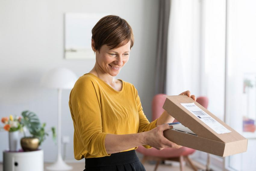 https://cf.ltkcdn.net/best/images/slide/230227-850x567-woman-opening-box.jpg