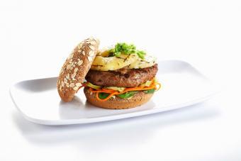 https://cf.ltkcdn.net/best/images/slide/228936-704x469-Grilled-pineapple-burger.jpg