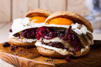 https://cf.ltkcdn.net/best/images/slide/228943-704x469-Fried-Egg-burgers.jpg
