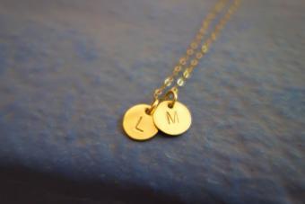 https://cf.ltkcdn.net/best/images/slide/230468-850x566-Initial-necklace.jpg
