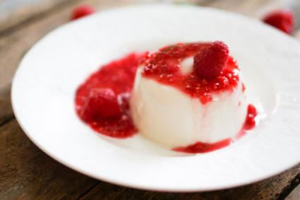 Panna cotta with raspberry sauce