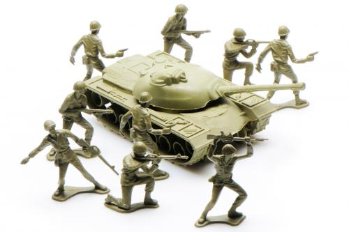 Green plastic tank and soldiers