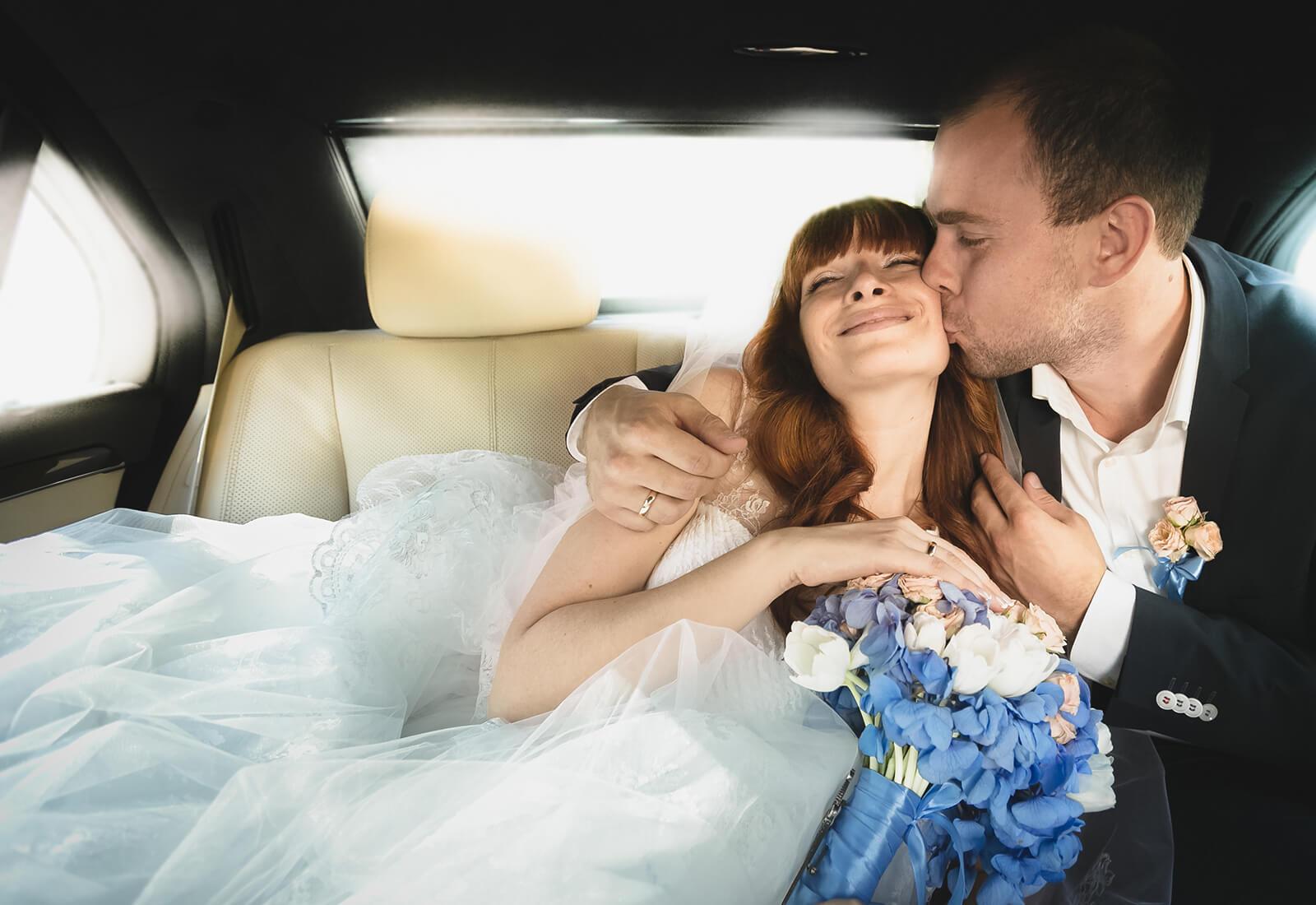 recien-casados-coche.jpg