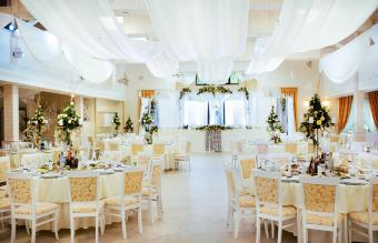 Mesas en recepción de boda
