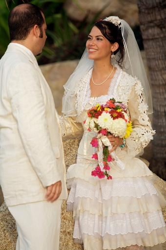 Pareja de recién casados mirándose el uno al otro