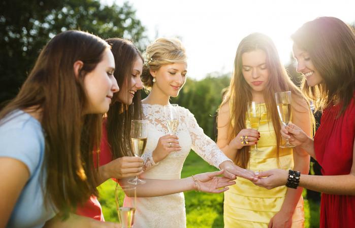 Novia con invitadas de la boda