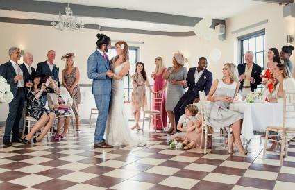 Pareja de recién casados bailando