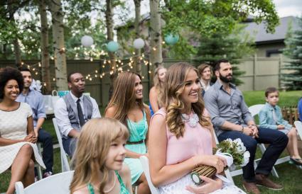Invitados sentados en boda informal