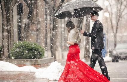 Mujer con vestido largo rojo cruzando la calle