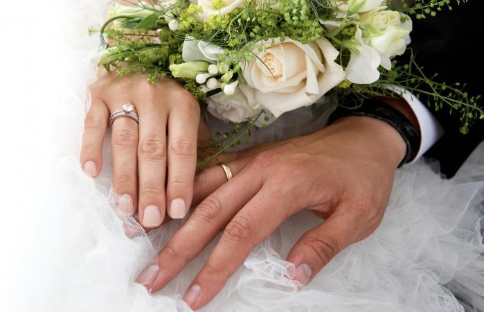 Pareja de recién casados sujetados de mano