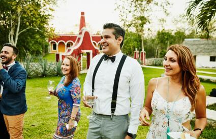 Invitados de boda sonrientes