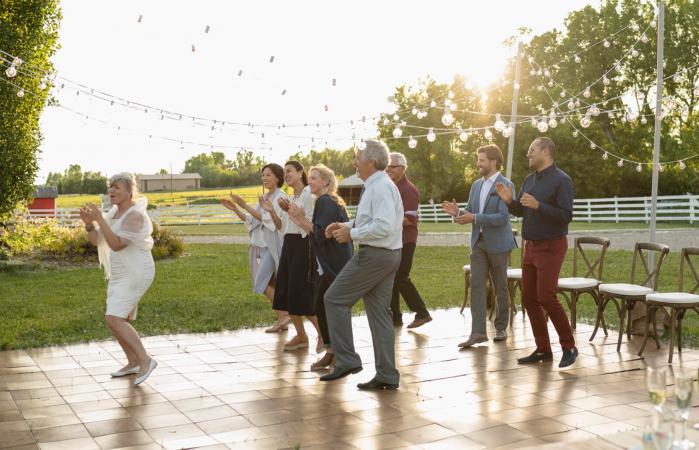 Invitados bailando en línea