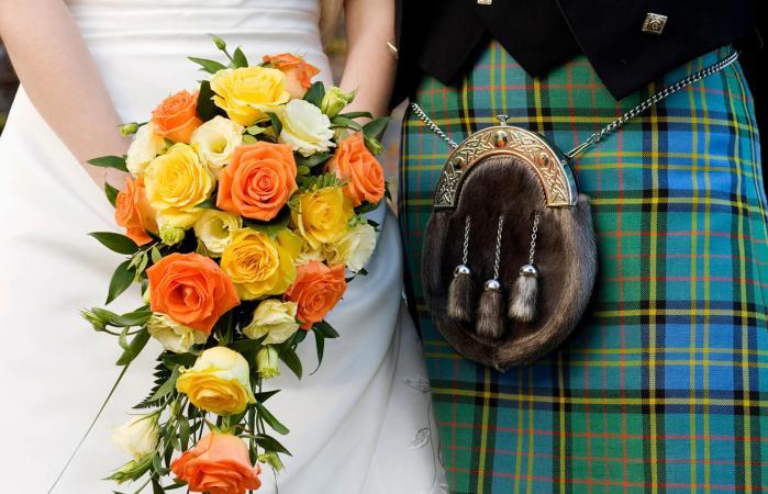 Falda escocesa, taleguila de piel, y un ramo de flores