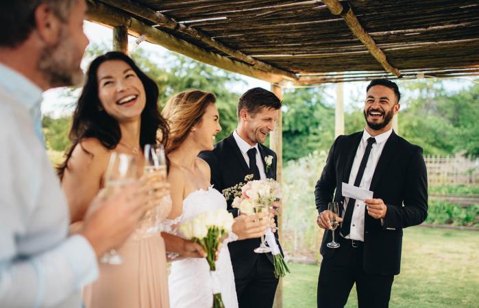 Padrino brindando por los recién casados