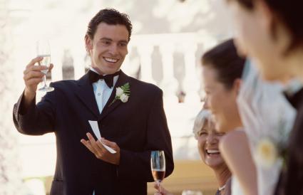 Padrino haciendo un brindis por los recién casados