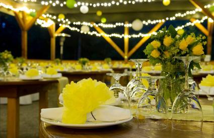 Boda con flores amarillas