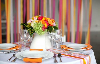 Elegante mesa de fiesta con flores