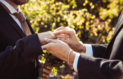 Hombres intercambiando anillos de boda