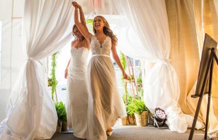 Novias entrando a la recepción de boda