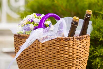 Canasta con flores y vino