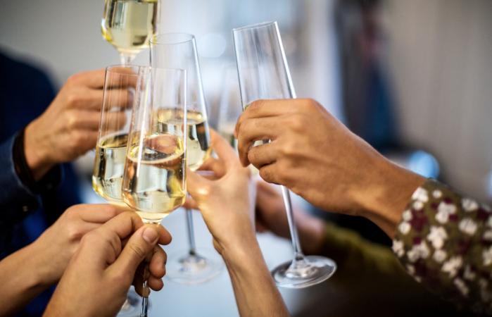 Brindando con champán durante cena de ensayo