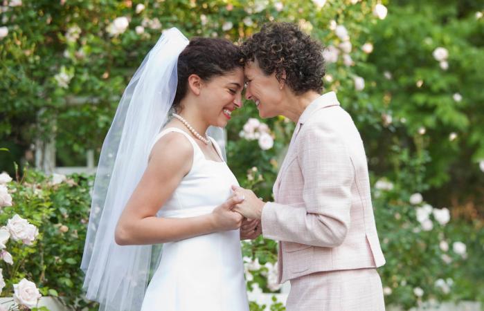 Madre e hija juntas en el día de su boda