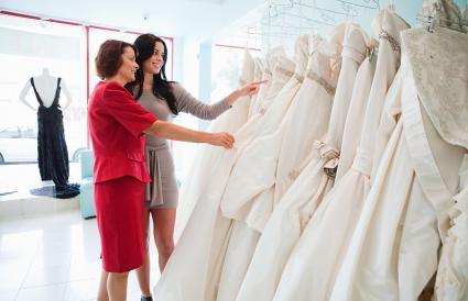 Madre e hija comprando vestido de novia