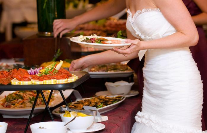 Novia en el buffet de la boda