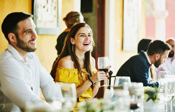 Mujer sonriendo en recepción de boda