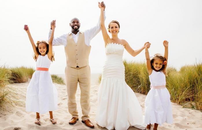 Pareja de recién casados con niñas de las flores