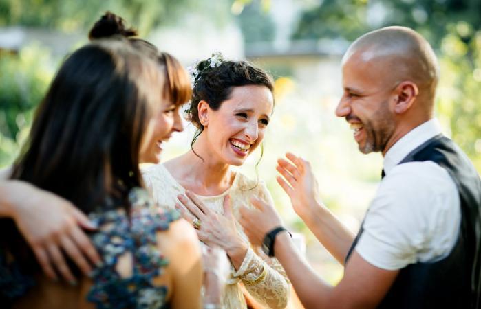 Invitados dando buenos deseos a recién casados