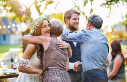 Invitados felicitando a recién casados