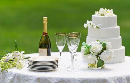Pastel de bodas con champán