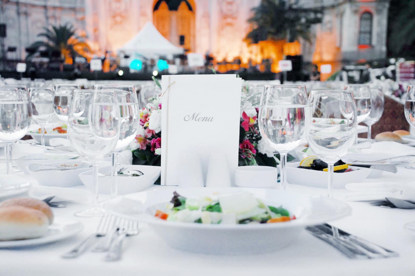 Mesa de recepción de boda con menú