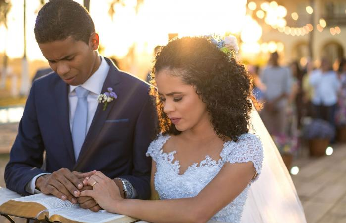 Novios rezando durante ceremonia de boda