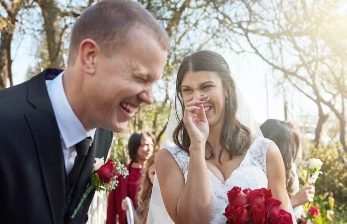 Pareja diciendo votos matrimoniales graciosos