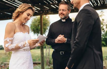 Mujer leyendo votos matrimoniales