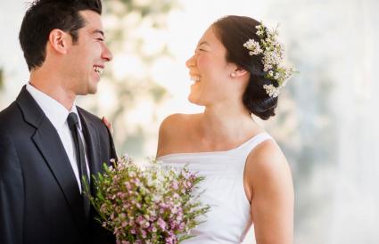 Recién casados riendo