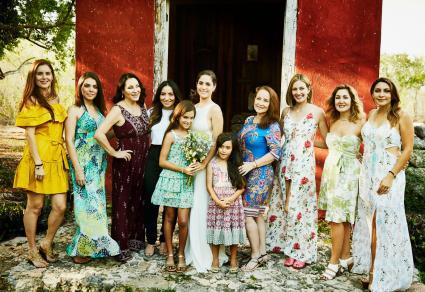 Mujeres en boda al aire libre