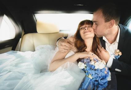 Recién casados en el coche