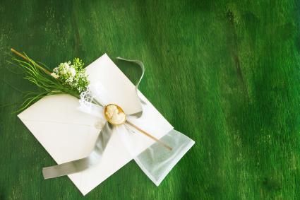 Invitación de boda sobre césped