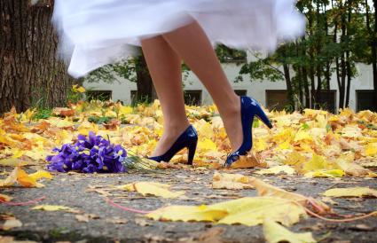 Novia con tacones azules