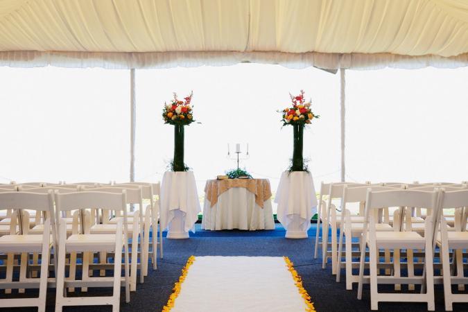 Decoraciones de ceremonia de bajo costo en carpa de boda