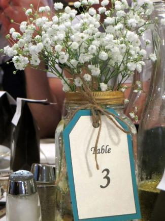 Flores blancas en frasco