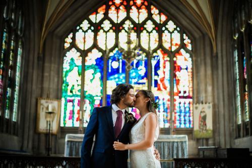 Novios besándose en la iglesia