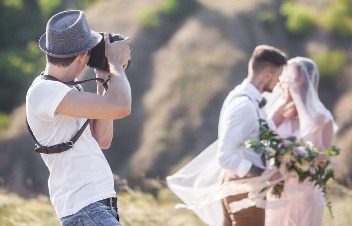 Fotógrafo de la boda toma fotos de los novios