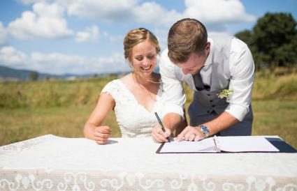 Novios firmando licencia de matrimonio