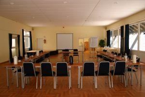 Empty_meeting_room.jpg